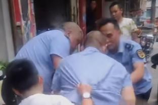 小贩与城管发生冲突,被打倒在地扫把都打断,城管主任:是自卫!